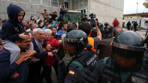 Spanish police move to prevent Catalonia independence vote