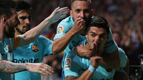 Suarez salvages draw at Atletico to keep Barca unbeaten