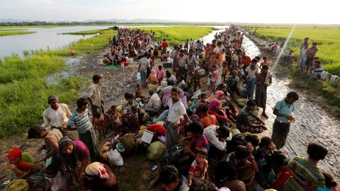 UN urges Bangladesh to allow in stranded Rohingya refugees