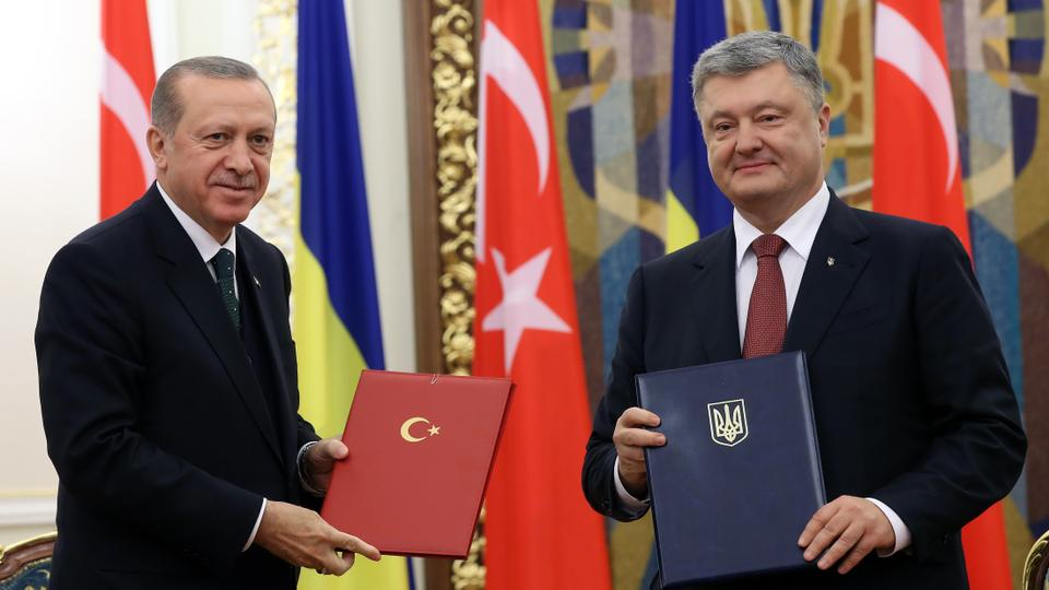 President of Turkey Recep Tayyip Erdogan (L) and President of Ukraine Petro Poroshenko (R) hold agreement documents after a signature ceremony ahead of a joint press conference in Kiev, Ukraine on October 09, 2017. (AA)