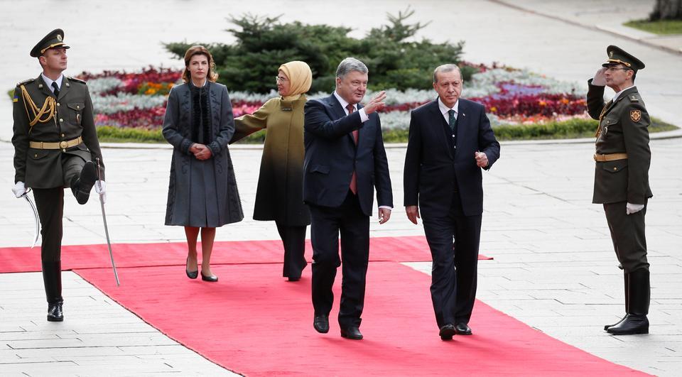 Turkish President Recep Tayyip Erdogan and Ukrainian President Petro Poroshenko, accompanied by their wives Emine Erdogan and Maryna Poroshenko, attend a welcoming ceremony in Kiev, Ukraine, October 9, 2017.
