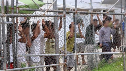 Asylum seekers defy deadline for closure of Manus Island Centre