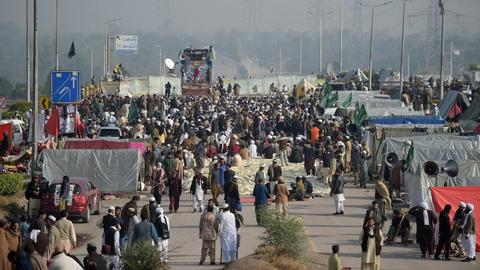 Pakistan government postpones action against protesters