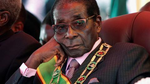 Zimbabwe's Mugabe defies expectations of resignation