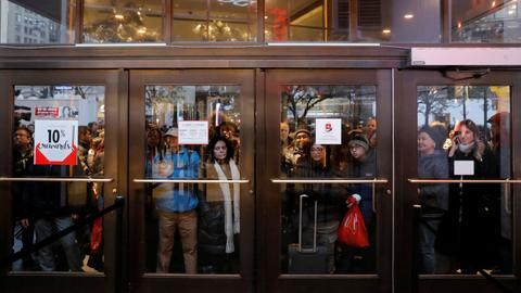 Black Friday deals lure few early US shoppers, many buy online