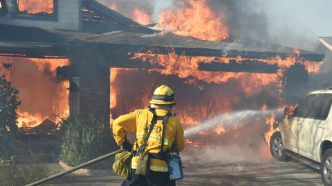 California wildfire threatens Los Angeles, over 200,000 forced to evacuate