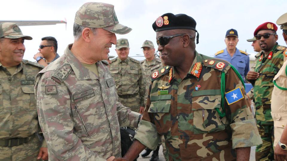 Chief of the General Staff of the Turkish Armed Forces is welcomed by Chief of Army Gen. Mohamed Ahmed Jim'ale.  (AA)