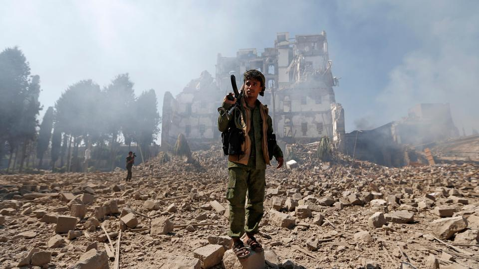 Huthi rebel fighters inspect the damage after a reported air strike carried out by the Saudi-led coalition targeted the presidential palace in the Yemeni capital Sanaa on December 5, 2017. Saudi-led warplanes pounded the rebel-held capital before dawn after the rebels killed former president Ali Abdullah Saleh as he fled the city following the collapse of their uneasy alliance, residents said.