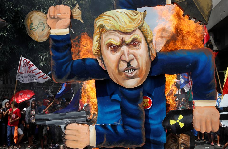 Protestors burn an effigy of US President Donald Trump, who is attending the Association of Southeast Asian Nations (ASEAN) Summit and related meetings in Manila, Philippines November 13, 2017